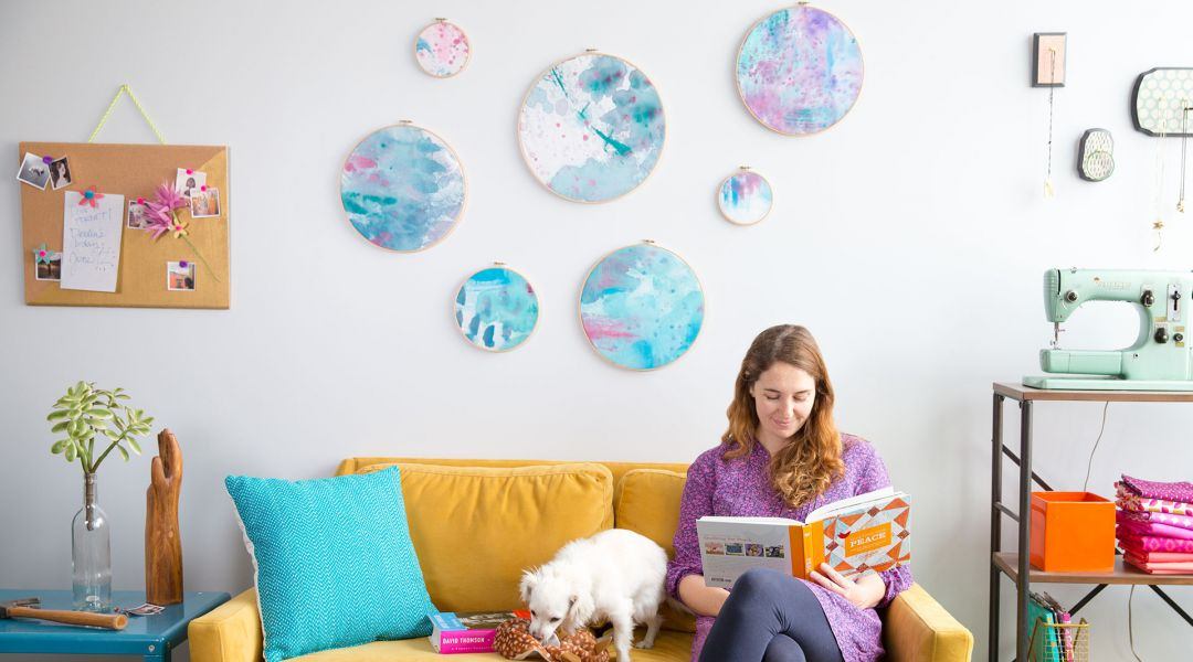 Charmant DIY Room Décor: Painted Fabric Wall Art