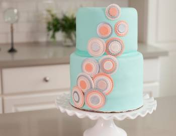 The Wilton Method of Cake Decorating: Fondant Tiered Cake with Metallic Circles